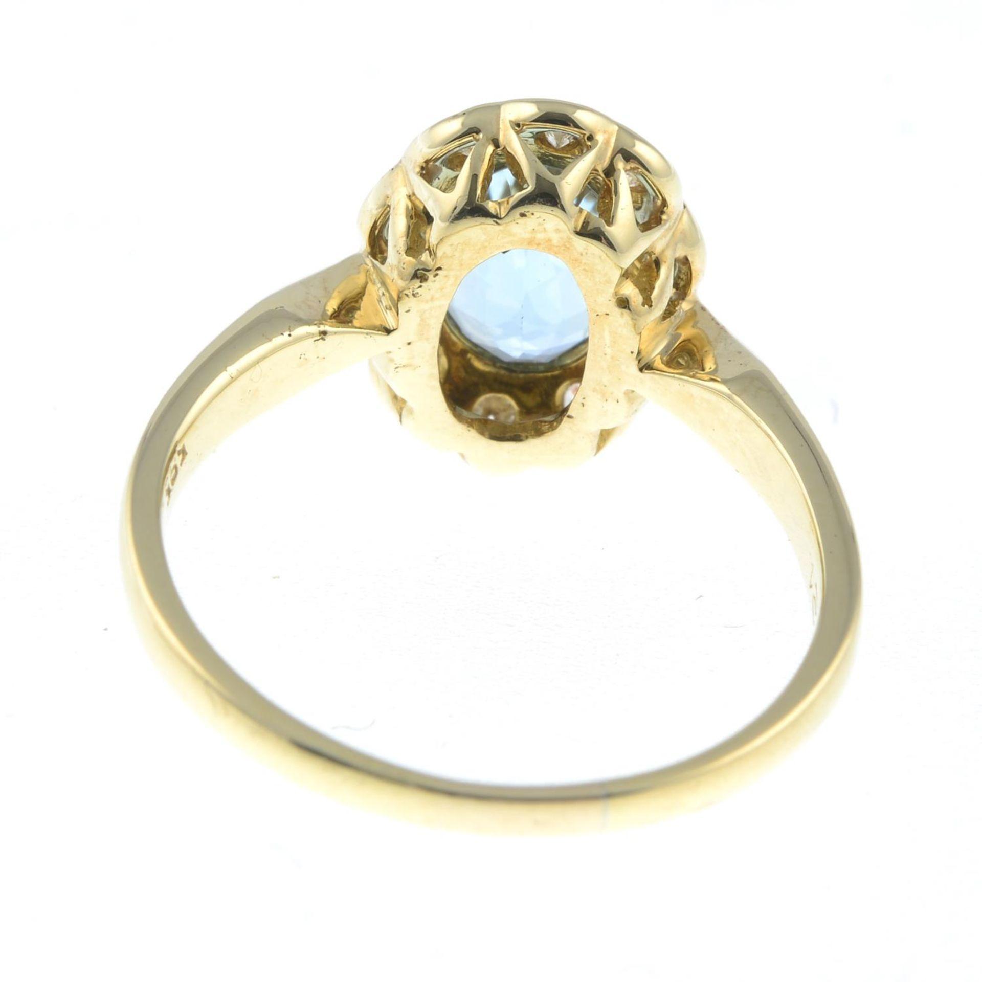 An aquamarine and brilliant-cut diamond cluster ring.Total diamond weight 0.21ct, - Bild 2 aus 3