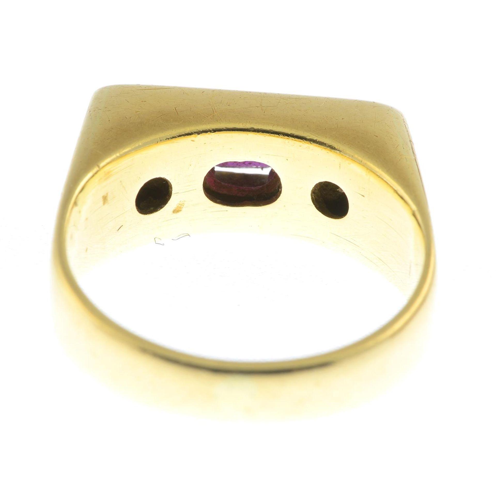 An 18ct gold ruby and brilliant-cut diamond three-stone ring. - Bild 2 aus 2
