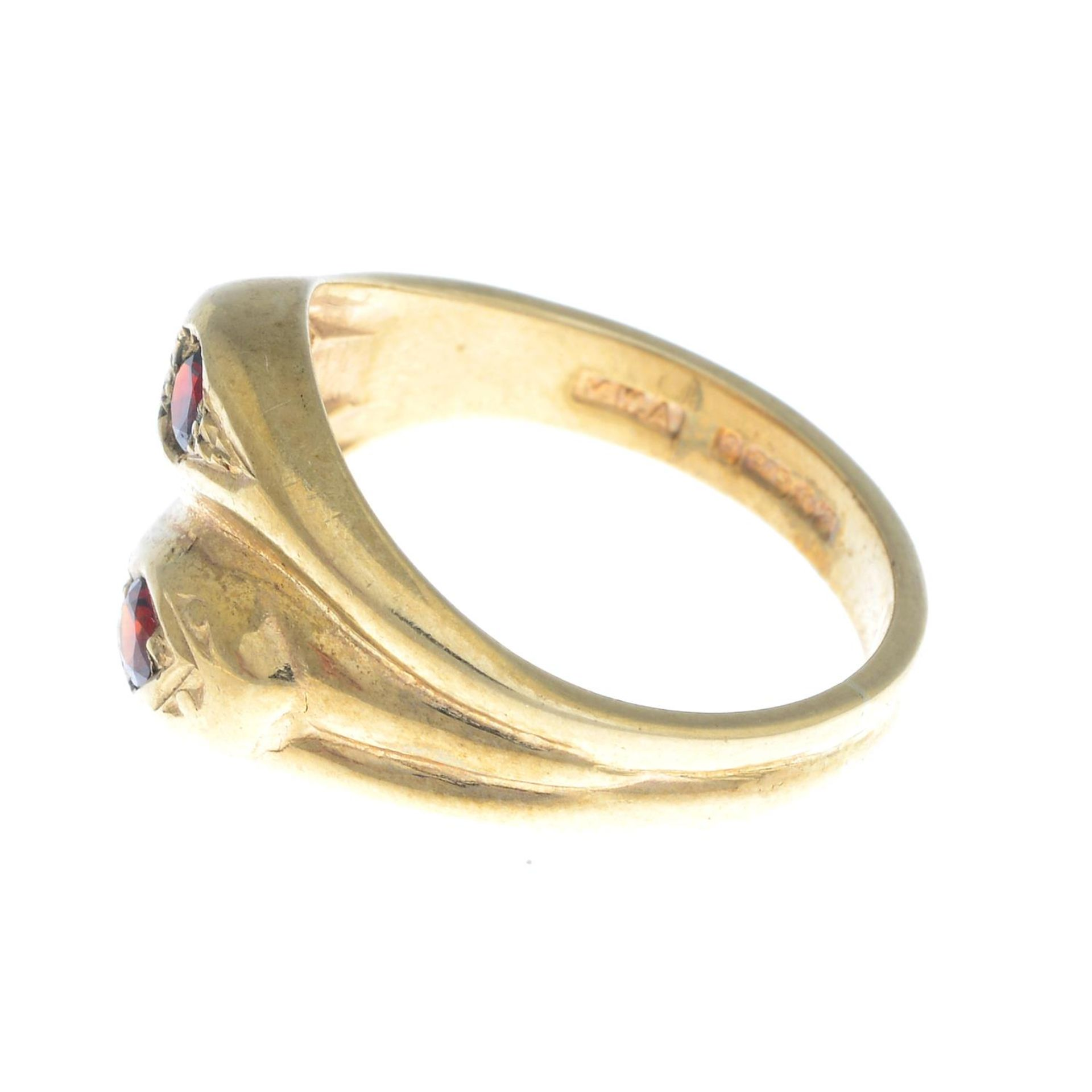 A 9ct gold snake ring, with red gem crest highlights.Hallmarks for 9ct gold. - Bild 3 aus 3