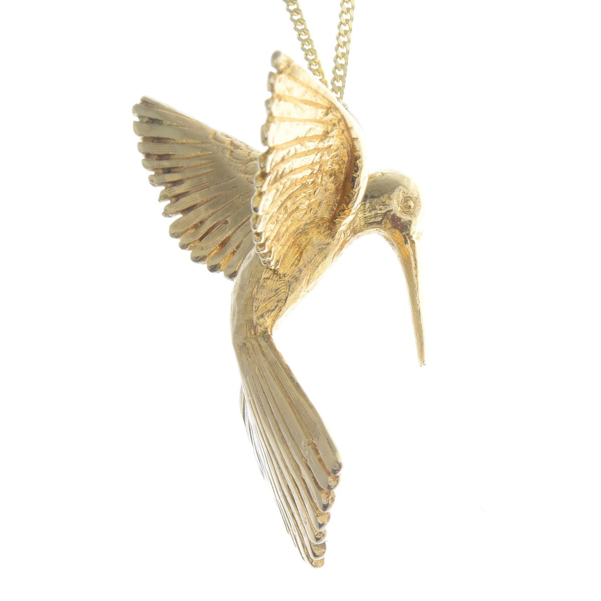 A pendant, depicting a textured hummingbird in flight, with 9ct gold chain. - Bild 2 aus 3
