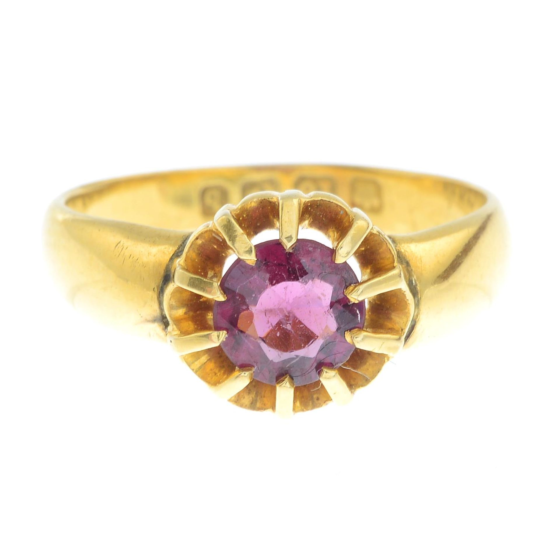 An Edwardian 18ct gold garnet single-stone ring.Hallmarks for Birmingham, 1901.Ring size P1/2.