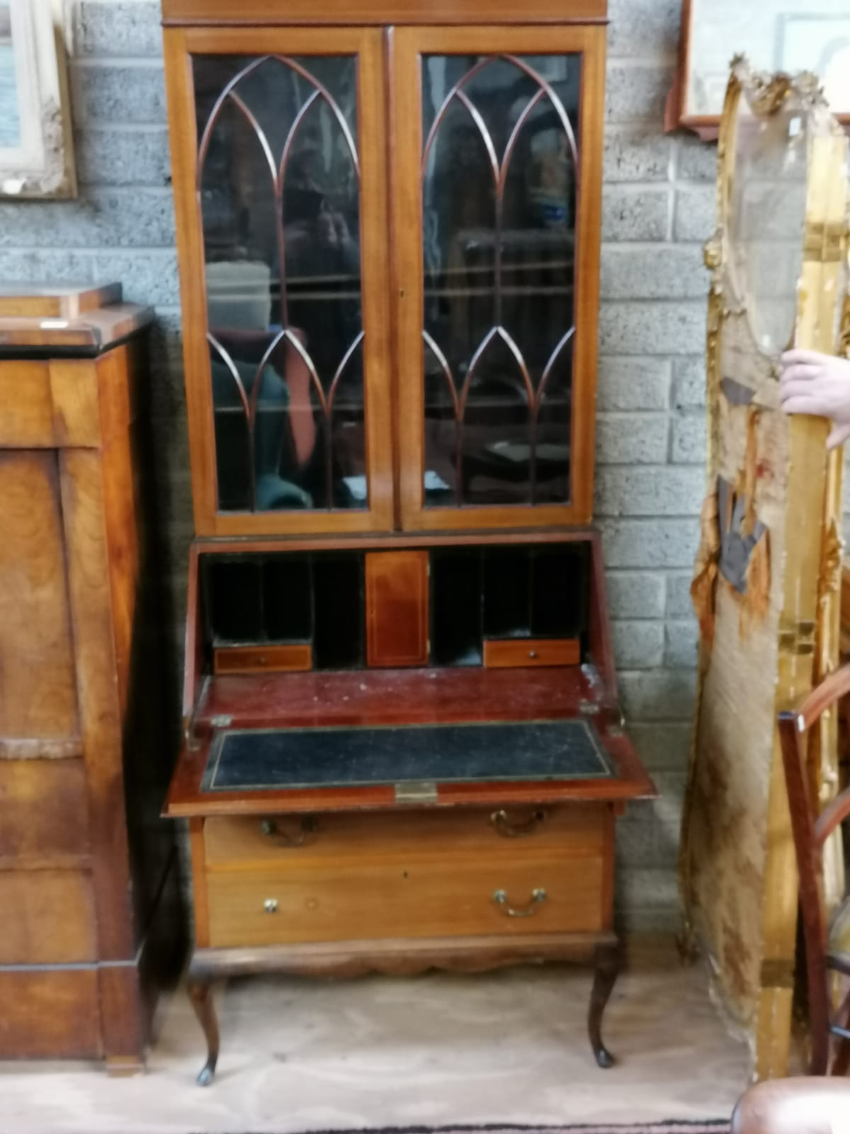 Lot 18 - An Edwardian slope front Bureau, with fitted interior above three drawers raised on cabriole legs,
