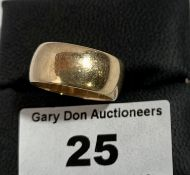9k gold ring, w: 6.2 grams, size L