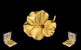 18 ct Gold - Naturalistic Design Flowerhead Brooch - set with a Ruby to centre of brooch.