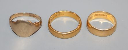 Two 22ct. gold bands and a 9ct. gold signet ring.