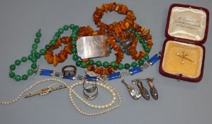 A quantity of mixed jewellery including an 18k brooch, amber necklace etc.