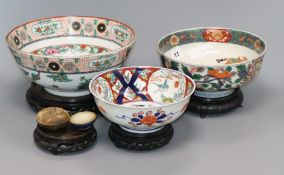 A 17th century Chinese Hatcher cargo ceramic box and cover, two Japanese Imari bowls and a Chinese