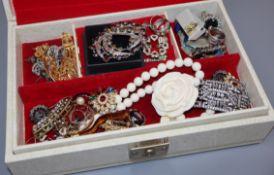 Assorted costume jewellery.
