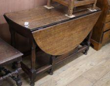 An 18th century oak gateleg dining table L.118cm