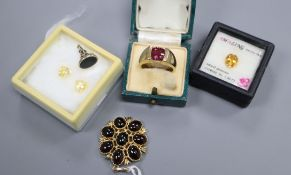 A 9ct gold and cabochon set pendant, a 9ct gold ring, three unmounted stones and a bloodstone set