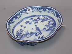 An 18th century Chinese export blue and white bowl L.31cm