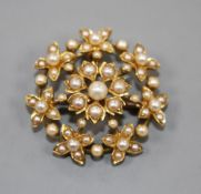 An Edwardian yellow metal and split pearl set flower head pendant brooch, 27mm.