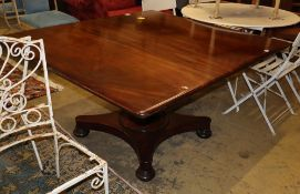 An early Victorian mahogany drop leaf dining table, W.136cm extended, D.122cm, H.70cm