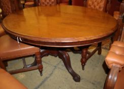 A Victorian oval mahogany loo table, W.142cm, D.100cm, H.66cm