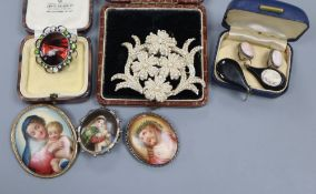 Mixed jewellery including a 19th century seed pearl brooch, 57mm, two pairs of cameo earrings and