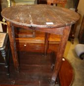 An early 18th century pine cricket table, diameter 68cm, H.74cm