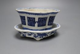A Chinese blue and white flower pot and stand, Guangxu period (1875-1908), overall height 8cm