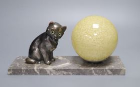 A French Art Deco 'cat' lamp, on marble base, length 30cm