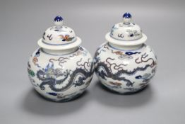 A pair of small Chinese jars and covers, famille verte enamels, 12.5cm