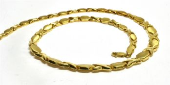 A 9CT YELLOW GOLD MODERN NECKLACE the graduating necklace comprising alternating kiss links and matt