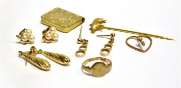 A SMALL QUANTITY OF 9CT GOLD JEWELLERY comprising three pairs of earrings, a child's signet ring and