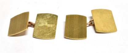 A PAIR OF 9CT GOLD CHAIN LINKED CUFFLINKS of rounded rectangular shape with engine turned pattern,