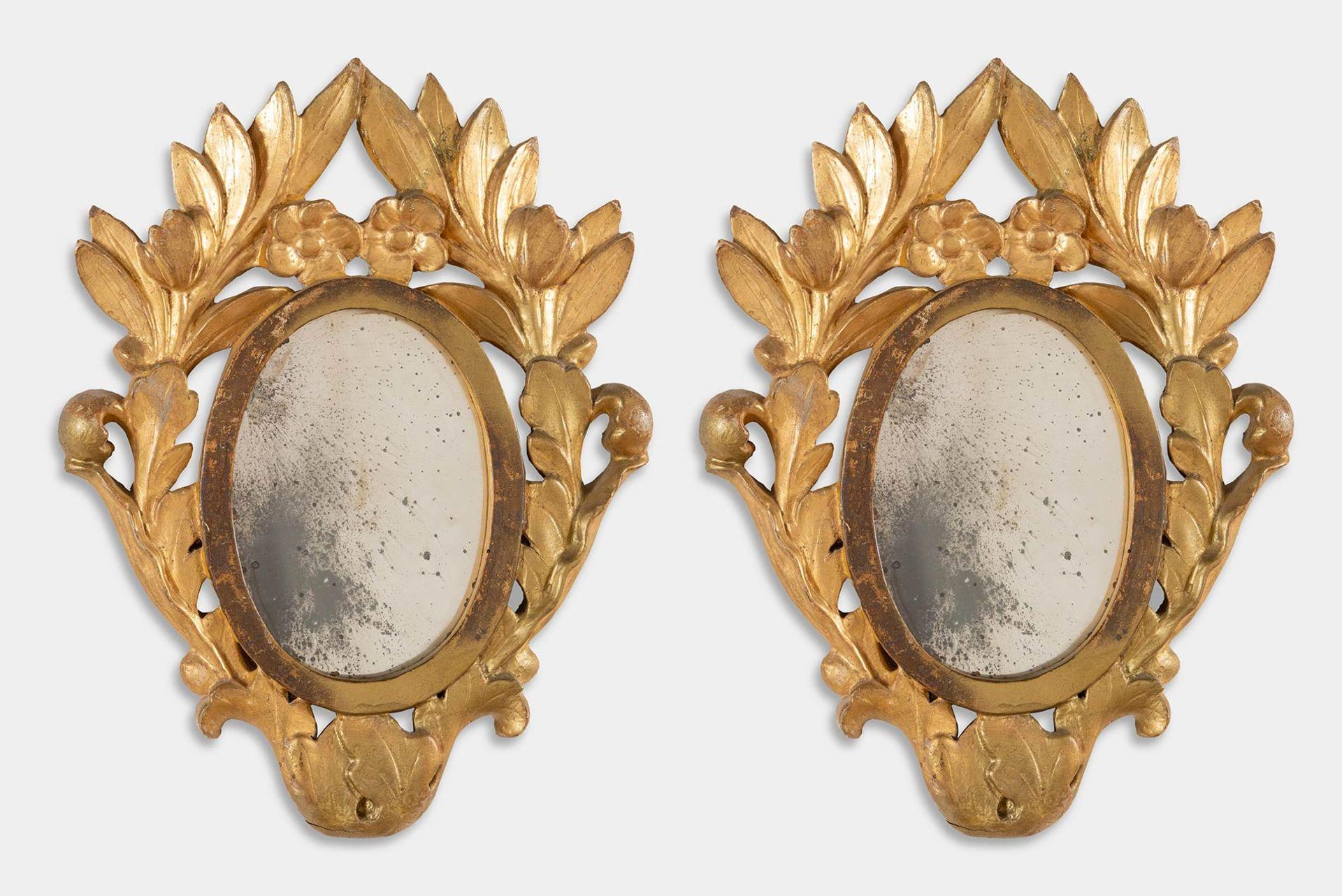 Los 41 - Coppia di specchierine ovali in legno intagliato e dorato, seconda metà del XIX sec.
