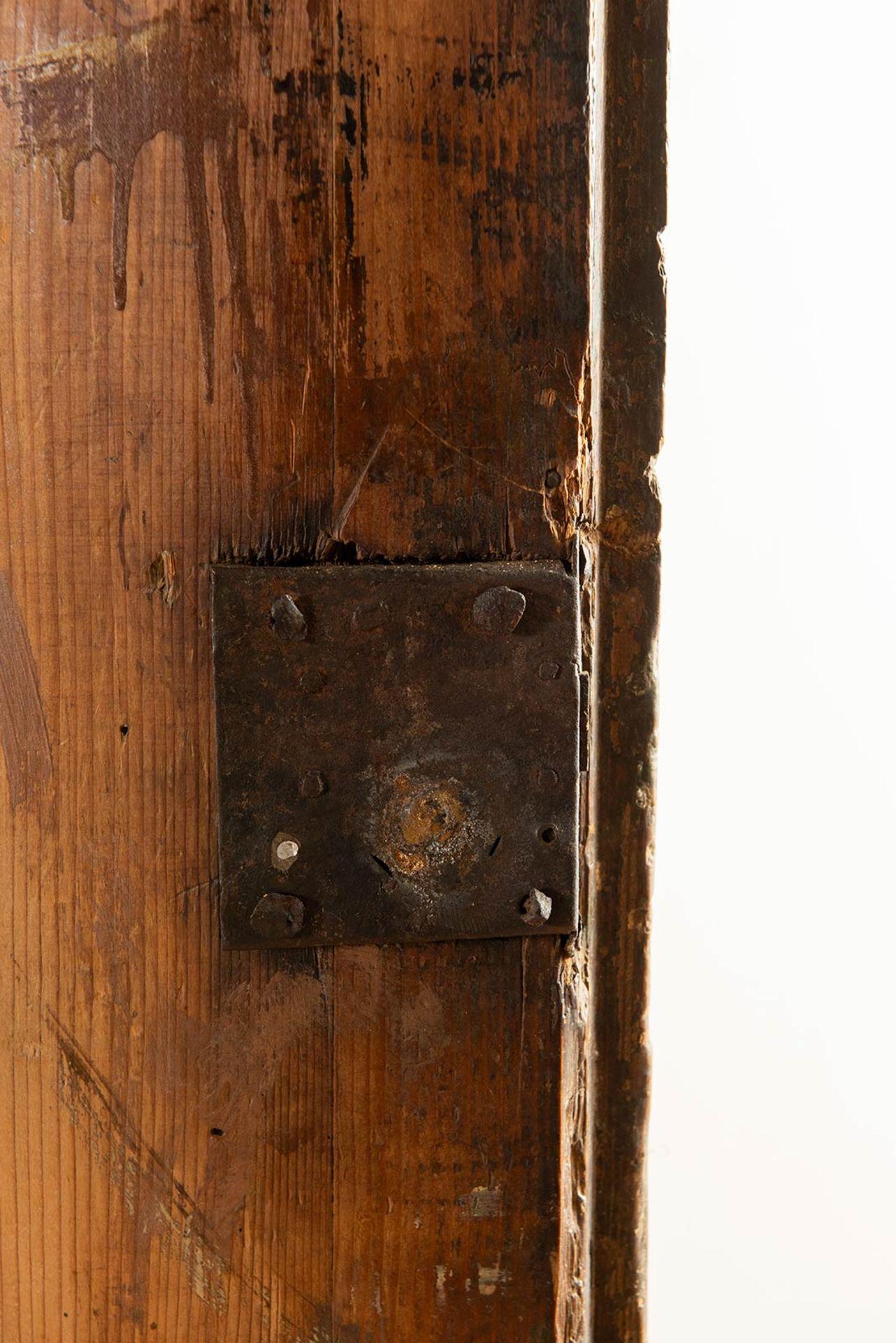 Los 22 - Grande angoliera in legno di abete laccato Luigi XVI, fine XVIII - inizio XIX sec.