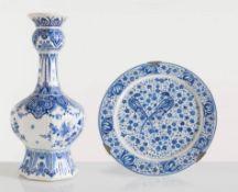 Lotto composto da vaso e piatto da portata in porcellana, Delft, XX sec.