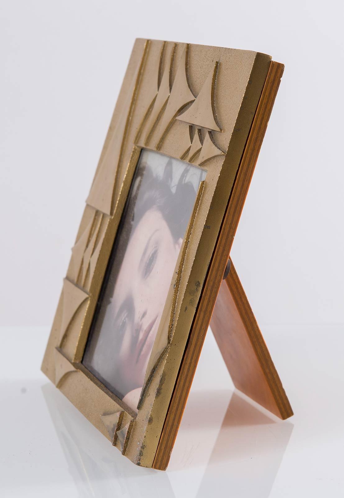 Cornice-scultura in ottone con retro in radica, Manifattura Italiana - Anni '70. - Image 2 of 2