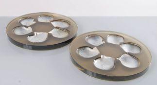 Due vassoi circolari porta-ostriche in perspex e madreperla, Manifattura Italiana - Anni '70.