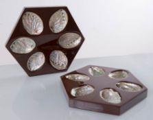 Due vassoi esagonali porta-ostriche in lacca e madreperla, Manifattura Italiana - Anni '70.