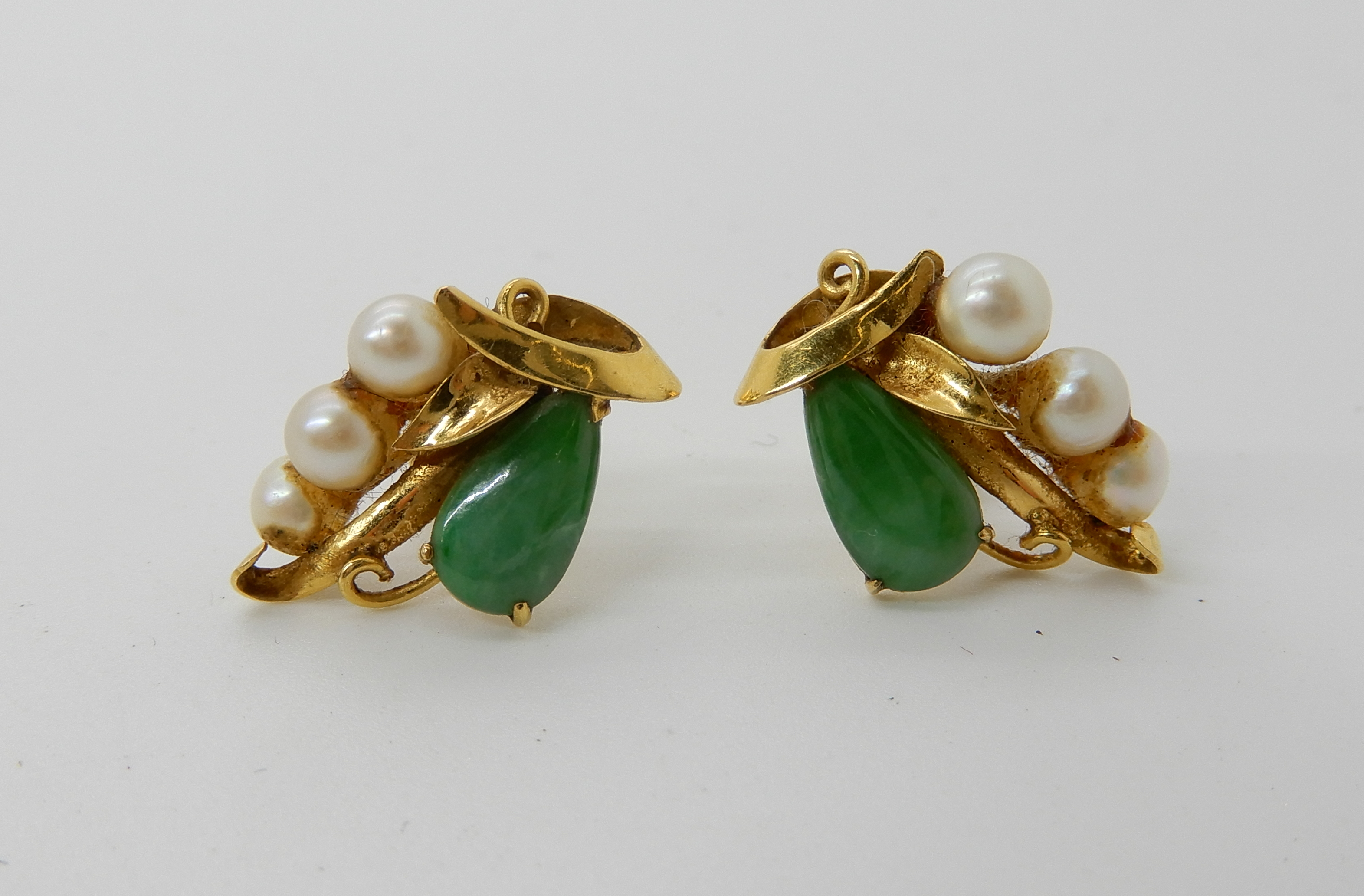 Lot 47 - A pair of bright yellow metal pearl and Chinese green hardstone screw post earrings, length 1.8cm