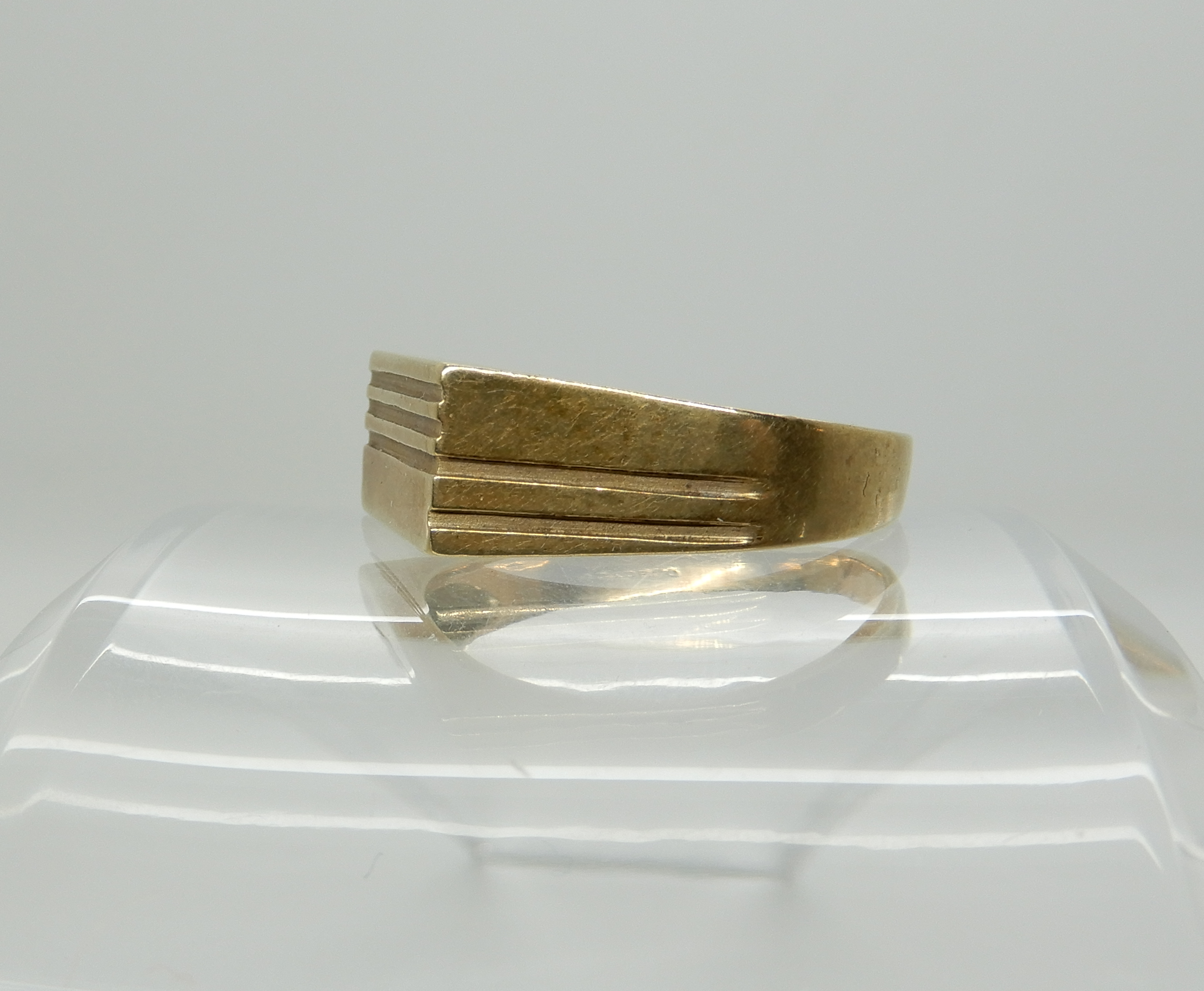 Lot 6 - A 9ct gold gents signet ring size X1/2, weight 6.4gms Condition Report: Available upon request