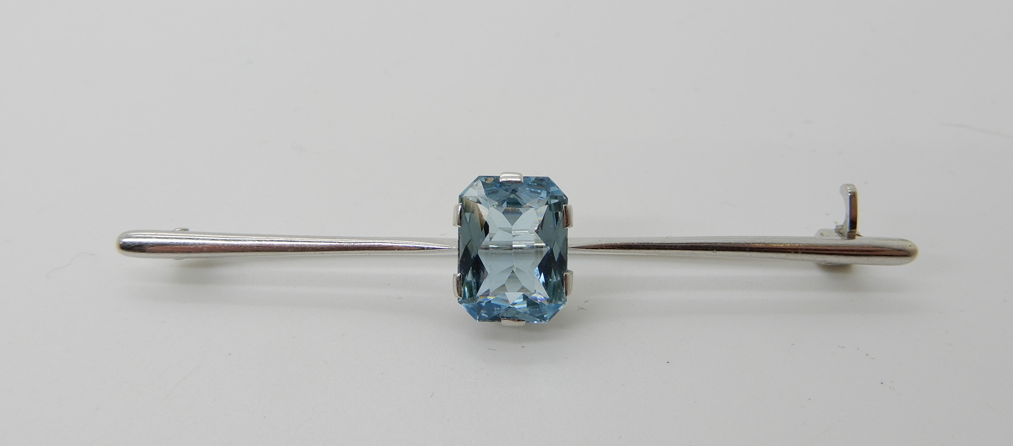Lot 23 - A 14k white gold aquamarine set bar brooch, length 6.2cm, weight 3.7gms Condition Report: