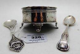 A lot comprising an Iona silver jam spoon by Alexander Ritchie with Viking ship terminal, 13cm