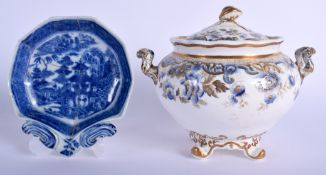 AN EARLY 19TH CENTURY SPODE SUCRIER AND COVER together with a pearlware dish. Largest 17 cm x 17 cm