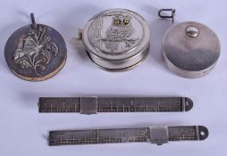 AN ANTIQUE SILVER TAPE MEASURE together with a novelty owl tape measure etc. (5)