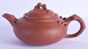 AN EARLY 20TH CENTURY CHINESE YIXING POTTERY TEAPOT AND COVER Late Qing. 18 cm wide.