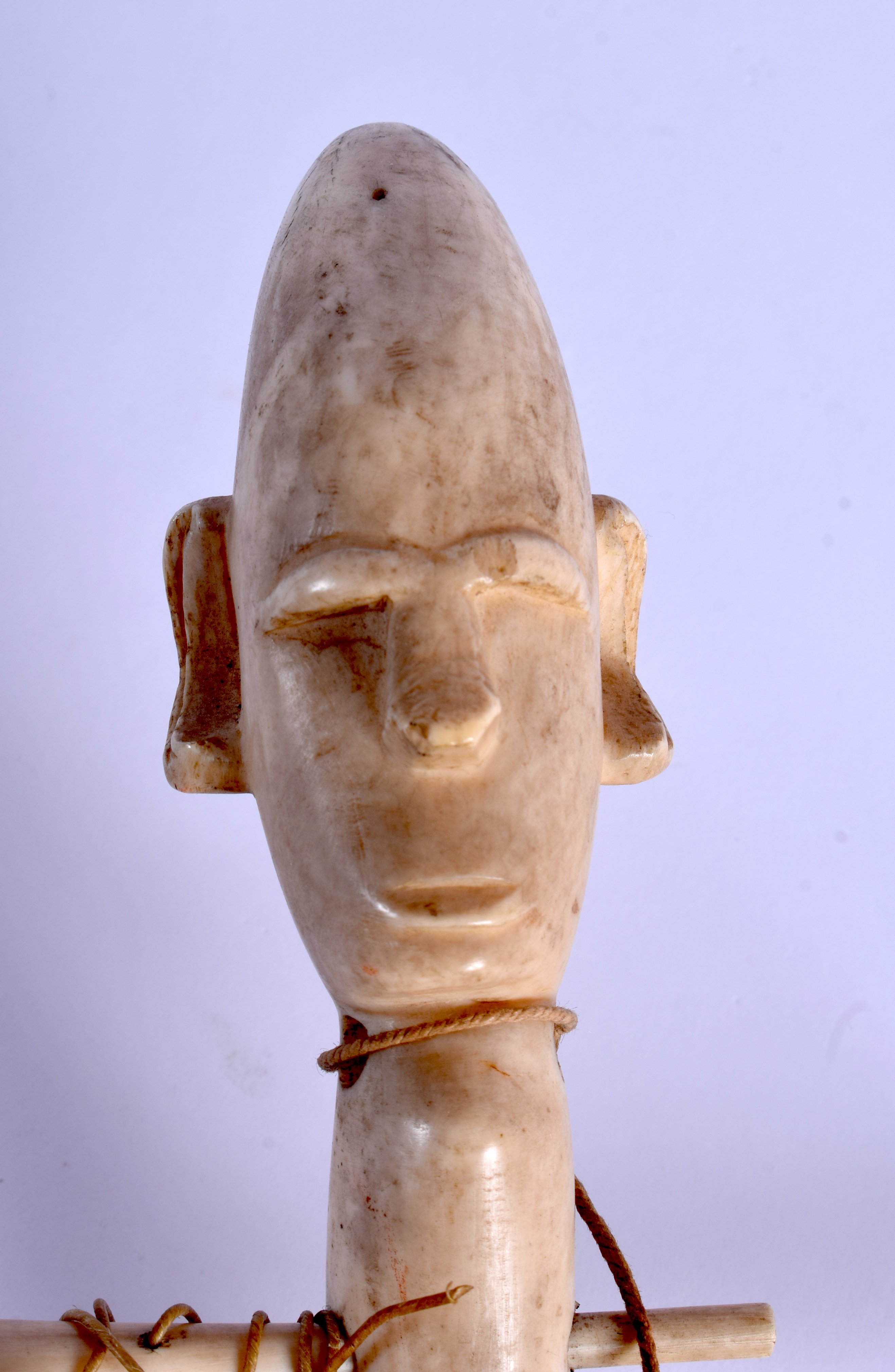 AN EARLY 20TH CENTURY AFRICAN CARVED IVORY AND WOOD INSTRUMENT of figural form. 54 cm long. - Image 3 of 3