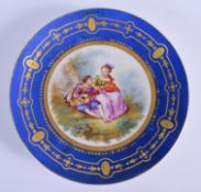 A 19TH CENTURY FRENCH PARIS PORCELAIN DISH painted with young lovers. 20 cm diameter.