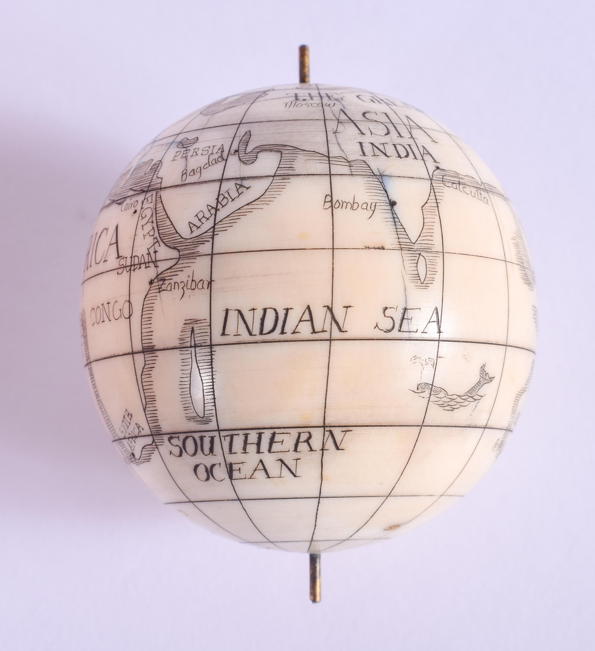 AN EARLY 20TH CENTURY CONTINENTAL CARVED IVORY SPINNING GLOBE within a fitted treen box and cover. I - Image 3 of 5