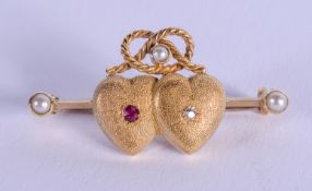 AN EDWARDIAN GOLD RUBY AND DIAMOND BROOCH. 4.6 grams. 3 cm wide.