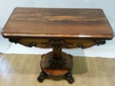 AN EARLY 19TH CENTURY WILLIAM IV ROSEWOOD FOLD OVER GAMES / CARD TABLE, the fold over top opens to