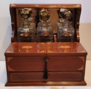 A TOP QUALITY EDWARDIAN INLAID MAHOGANY 3 BOTTLE TANTULUS / GAMES BOX, with 3 decanter bottles, each