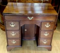 A MID 18TH CENTURY MAHOGANY KNEE HOLE DESSING TABLE / DESK, with figured mahogany top with thumb