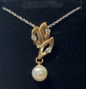 AN 18CT YELLOW GOLD PENDANT WITH DIAMONDS & A SINGLE CULTURED PEARL, on 18 inch gold chain