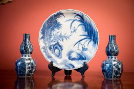 A 19TH CENTURY HAND PAINTED JAPANESE BLUE AND WHITE PLATE ALONG WITH A PAIR OF SMALL JAPANESE VASES,