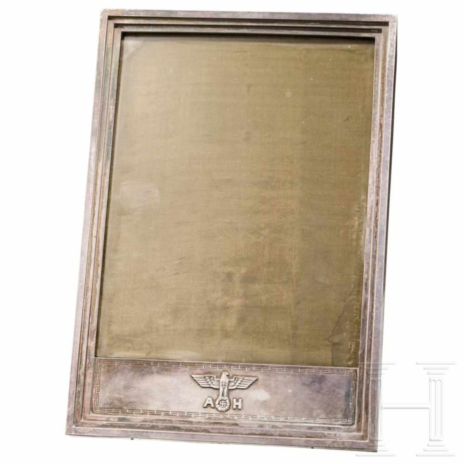 Los 6049 - Adolf Hitler – a silver presentation frameA hand-hammered silver frame with a three-tiered profile