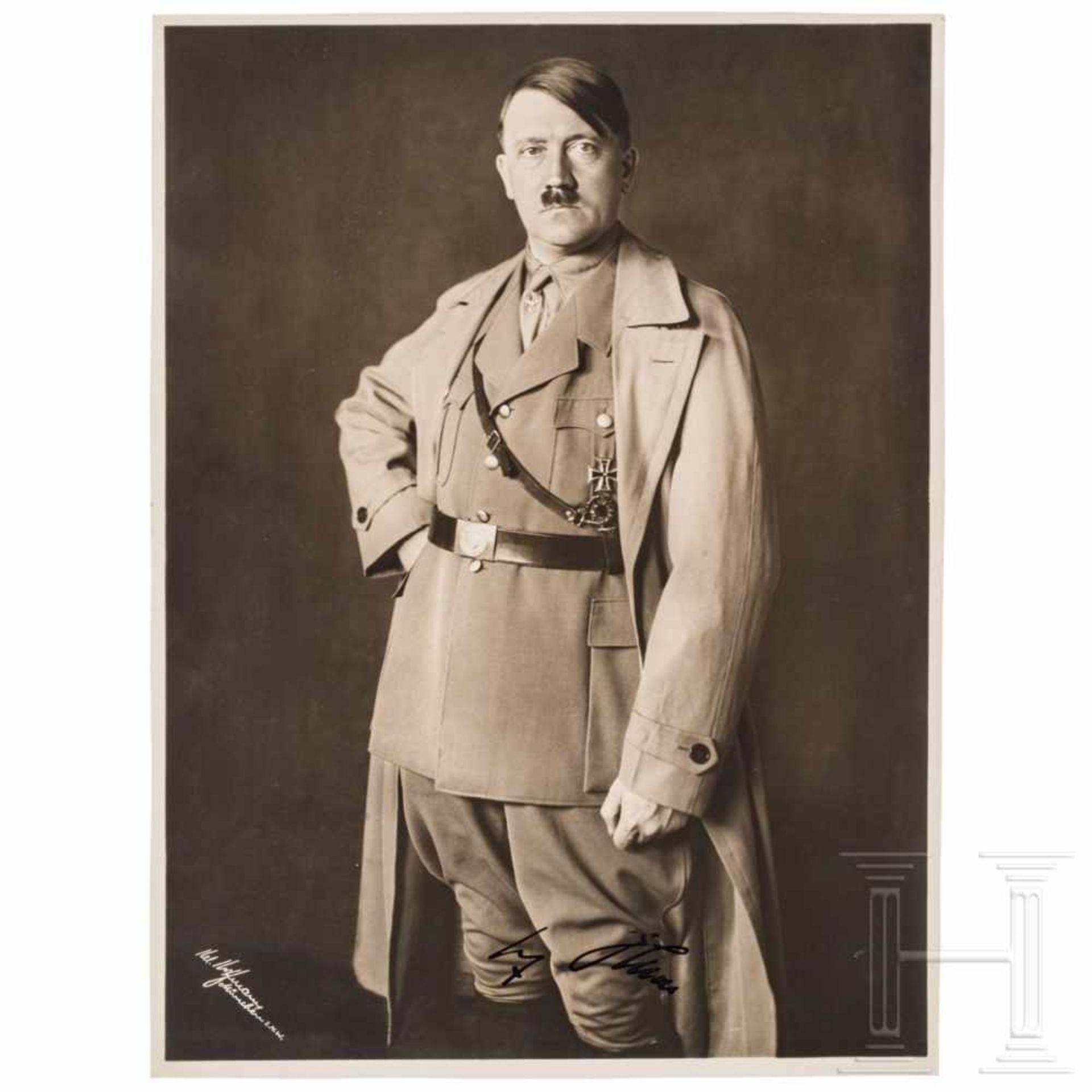 Los 6050 - Hoffmann-Portraitaufnahme für den silbernen Geschenkrahmen, mit Signatur HitlersDreiviertel-Portrait